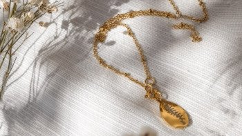 Collier doré TYEE pendentif...